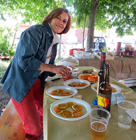 Manuela bei der Zubereitung eines pikanten Orangen-Salats