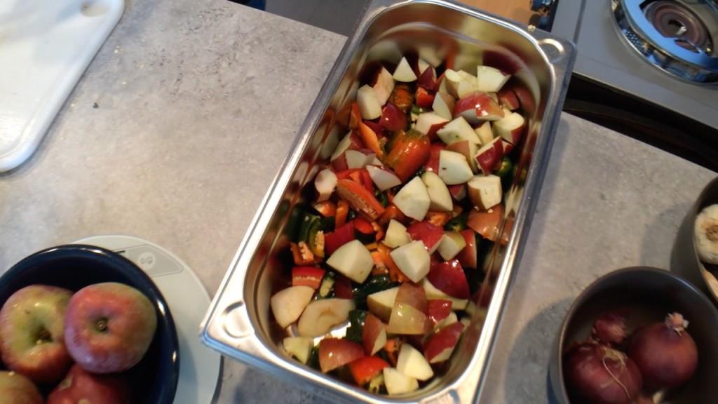 Kleingeschnitte Chilis und Äpfel