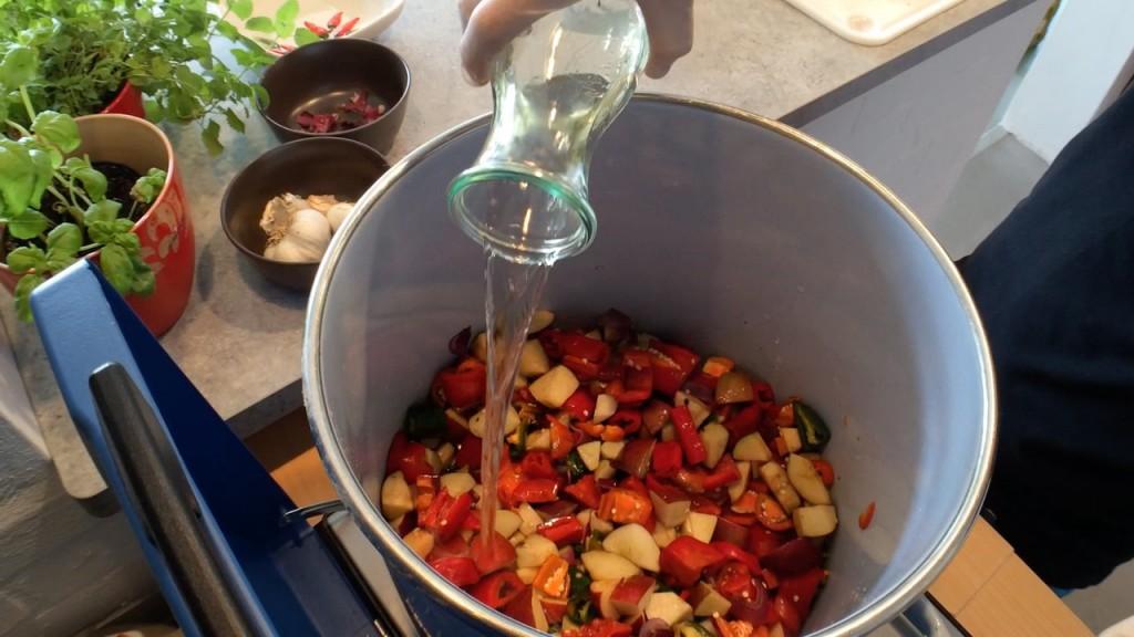 Chilis mit Essig einkochen