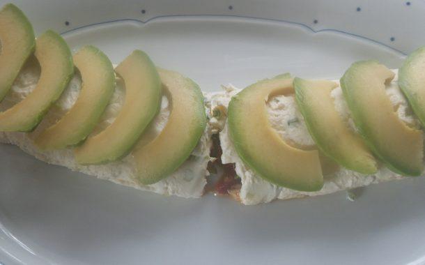 Käserolle gefüllt mit karamelisierte Rocoto und Avocados