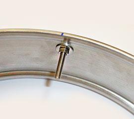 Schrauben mit Beilagscheiben eingesetzt