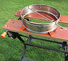 Cobb-Rotisserie im Eigenbau: Workmate als Montagehilfe