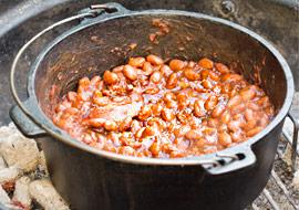 Smoky Cowboy Beans aus dem Dutch Oven