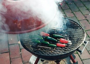 Chilis räuchern auf dem Grill