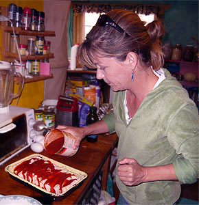 Enchiladas mit Soße begießen