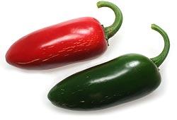 Jalapeno, rot (reif) und grün, frisch