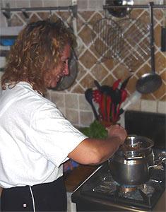 Luisa backt Chili-Schoko-Kuchen