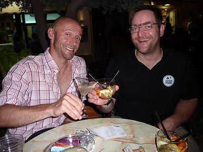 Peer und Björn genießen Chili-Cocktails