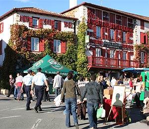 Festival-Besucher im Ortszentrum von Espelette