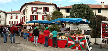 Verkaufsstände auf dem Espelette-Pepperfest