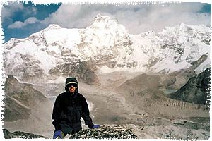 Axel Wicke, im Hintergrund Gyachung Kang, 7922m