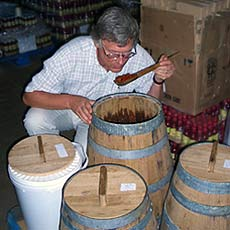 Holzfässer mit Peri-Peri in Whisky, Brandy und Gin