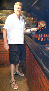 Harald holt noch ein paar Beef Ribs aus dem Rauch