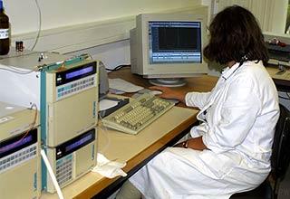 HPLC-Messplatz in einem Lebensmittellabor zur Ermittlng des Scoville-Wertes