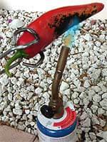 Chili-Tipp 3: Chilis können mit einem Gasbrenner geröstet werden.