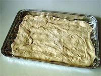 Pizzateig auf gefetteter Alu-Grillpfanne