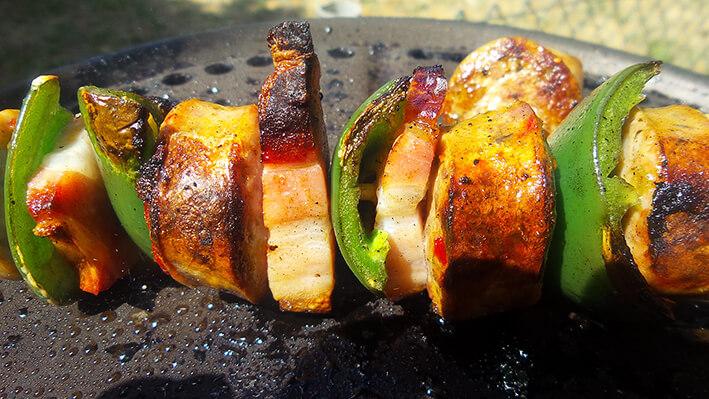 Bratwurst-Bacon-Jalapeño-Spieße vom Grill
