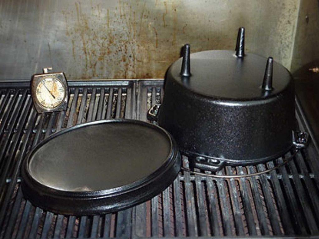 Der Dutch Oven steht zum Einbrennen kopfüber im Backofen