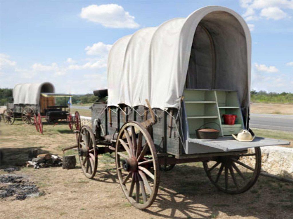 Historischer Planwagen mit mobiler Küche und Dutch Oven