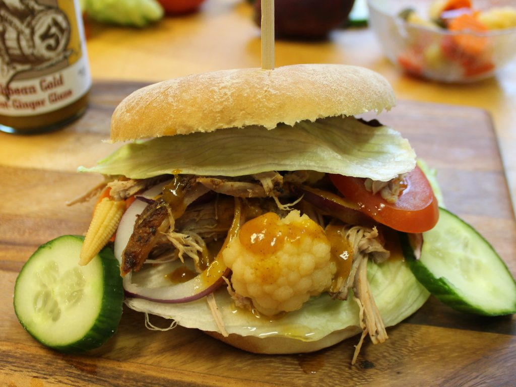 Karibischer Pulled Pork Burger im Backofen