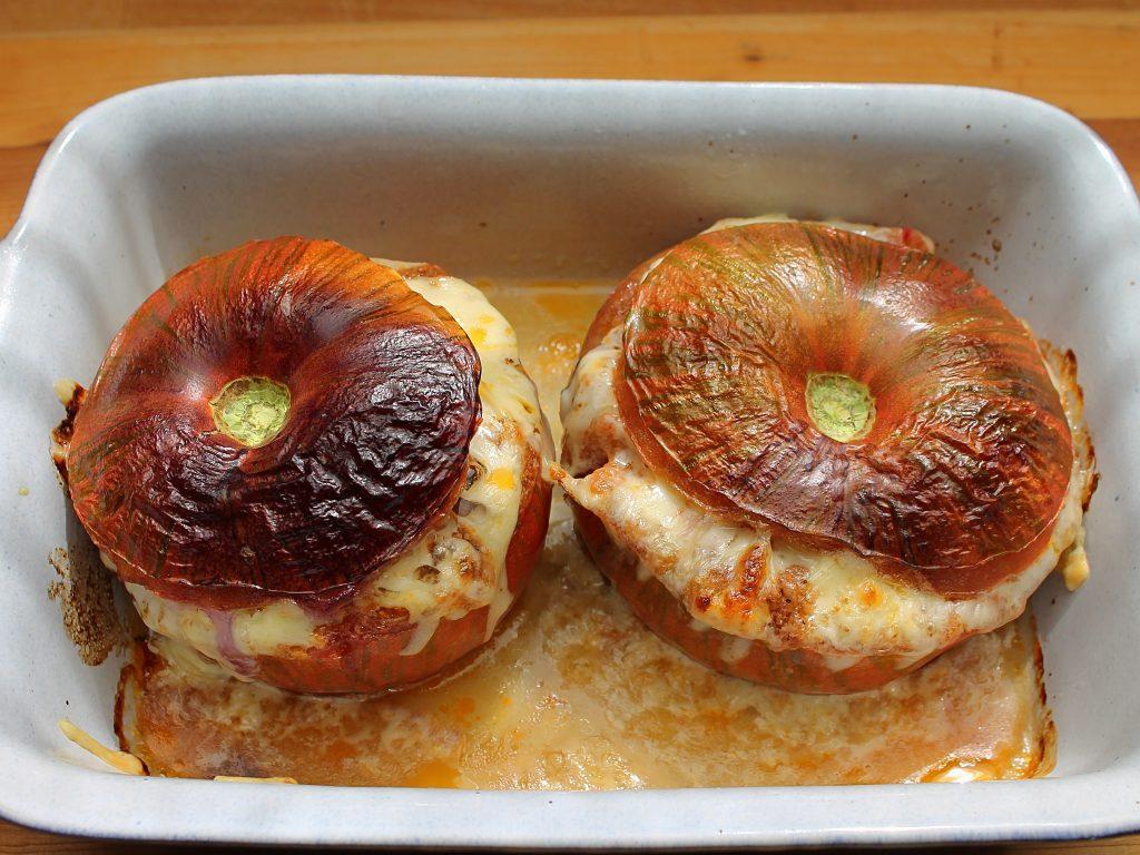 Mit Hackfleisch gefüllte Tomaten